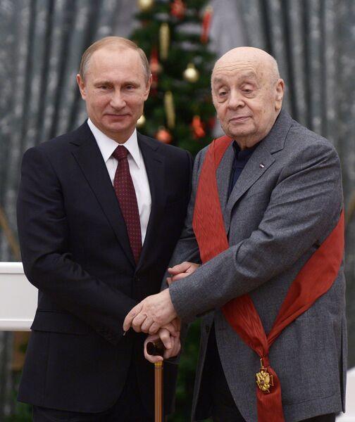 Президент России Владимир Путин награждает орденом За заслуги перед отечеством I степени артиста театра ленком Леонида Броневого. 22 декабря 2014