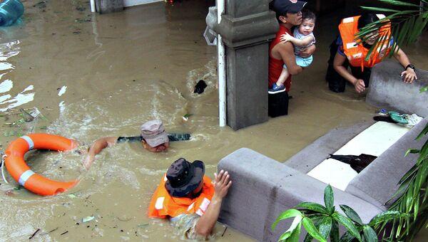 Полиция эвакуирует семьи во время шторма на юге Филиппин