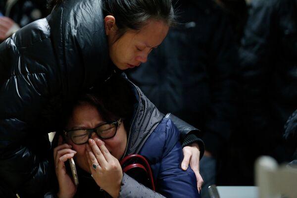Родственники пострадавших в давке на набережной Бунд в больнице