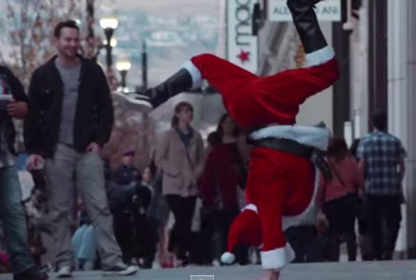 Санта Клаус танцует брейк-данс
