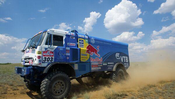 Автомобиль российской команды КАМАЗ-Мастер, управляемый пилотом Эдуардом Николаевым. Архивное фото