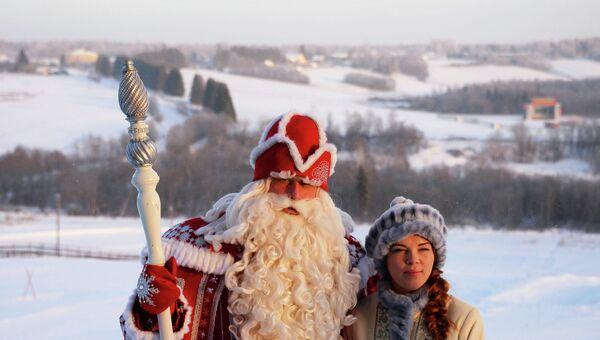Дед Мороз, прибывший из Великого Устюга, со Снегурочкой. Архивное фото