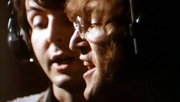 Джон Леннон и Пол Маккартни во время звукозаписи. Abbey Road Studios, Лондон. 1968 год