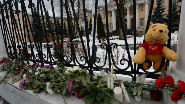 Цветы и свечи у посольства Армении в Москве в связи с трагедией в Гюмри. Архивное фото
