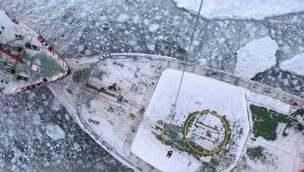Ледокол Адмирал Макаров ведет рефрижератор. Архивное фото