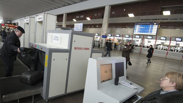Пассажиры Курского вокзала пропускают свой багаж через сканер в досмотровых зонах