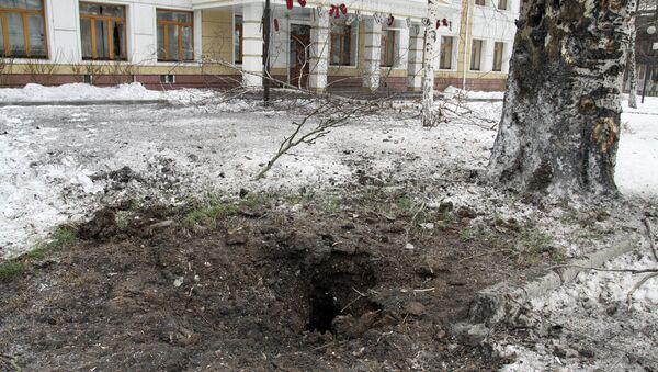 Воронка артиллерийского снаряда на одной из улиц Донецка. Архивное фото