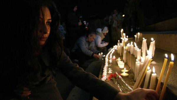 Свечи и цветы в память о семье, убитой в Гюмри. Ереван, Армения. Архивное фото