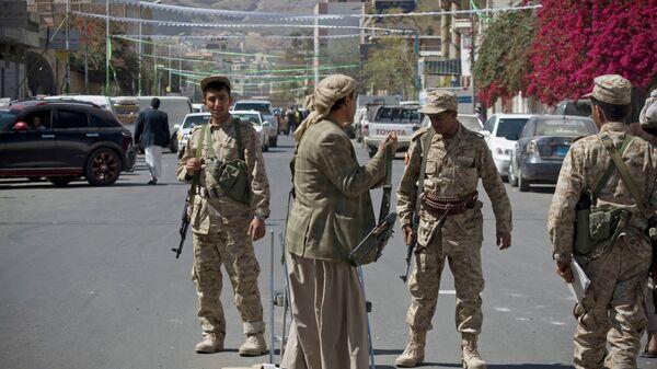 Повстанцы-хуситы на улице Саны, Йемен