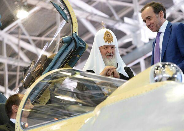Патриарх Московский и всея Руси Кирилл осматривает кабину боевого истребителя
