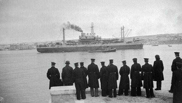 Советские моряки смотрят на американский штабной корабль, прибывший в Севастополь в дни Ялтинской конференции
