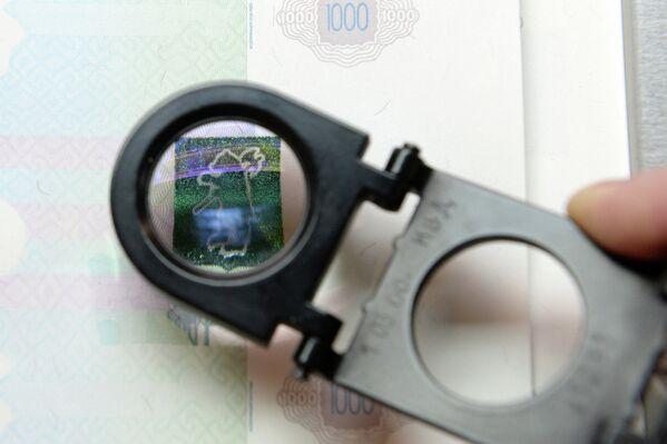 Проверка качества печати купюр в цехе трафаретной печати на пермской фабрике ФГУП Гознак