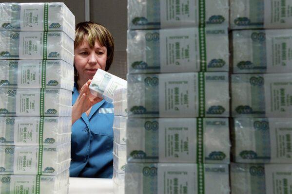 Сотрудница пермской фабрики ФГУП Гознак проверяет качество упаковки купюр