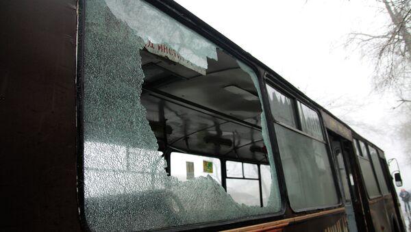 Автобус, пострадавший в результате артиллерийского обстрела