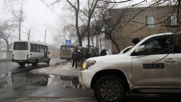 Автомобиль сотрудников ОБСЕ у дома, разрушенного в результате артиллерийского обстрела украинскими силовиками в районе Донецка. Архивное фото