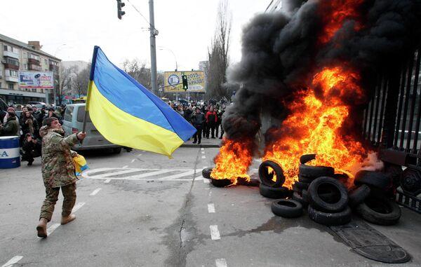 Военнослужащие из батальона Айдар снимают украинский флаг со здания Министерства обороны Украины