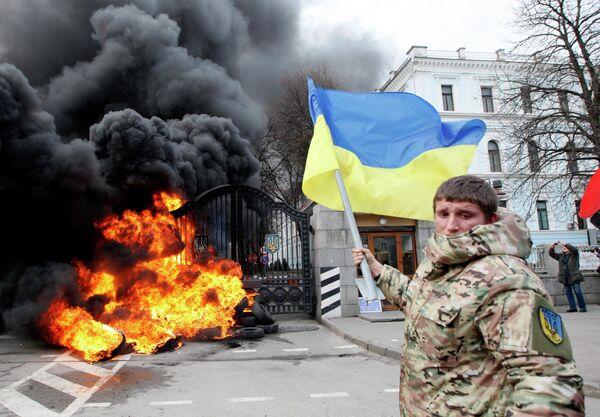 Боец батальона Айдар во время беспорядков у ворот Минобороны Украины
