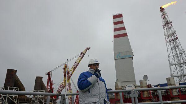 Сотрудник ледостойкой нефтяной платформы Приразломная, предназначенной для разработки Приразломного месторождения в Печорском море