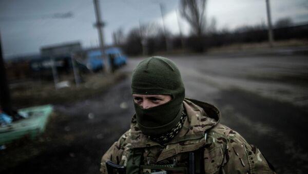 Украинский солдат стоит на дороге между Дебальцево и Артемовском