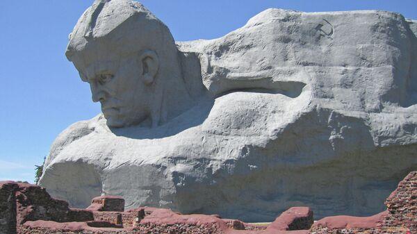 Монумент Мужество мемориального комплекса Брестская крепость - герой