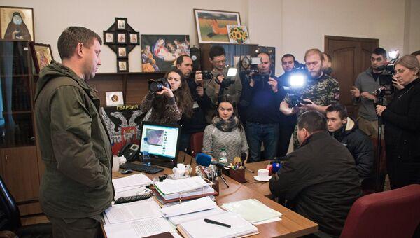 Глава ДНР А.Захарченко передал родителям украинского солдата