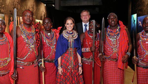Фотограф Ольга Мичи, Сергей Капков и племя масаи на открытии выставки Мир Мичи. Следуя за мечтой