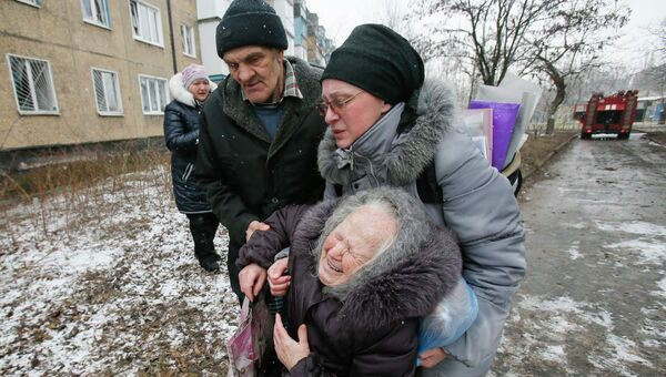 Пожилая женщина после обстрела жилого квартала в Донецке