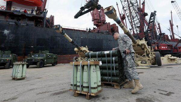 Американский военный рядом с военной техникой, доставленной в Ливан