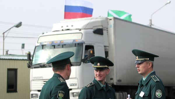 Работники таможенной службы на таможенном посту в городе Армянске Республики Крым. Архивное фото