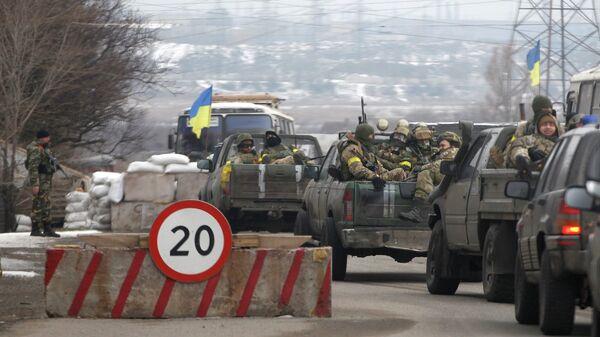 Украинские военные проезжают КПП возле Мариуполя. Архивное фото