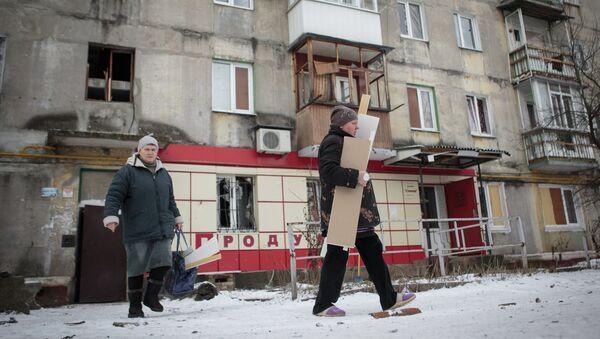 Жители жилого многоэтажного дома, пострадавшего в результате обстрела Горловки. Архивное фото