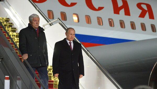 Президент России Владимир Путин (справа) в аэропорту Минска