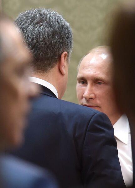 Президент России Владимир Путин и президент Украины Петр Порошенко беседуют во Дворце независимости в Минске