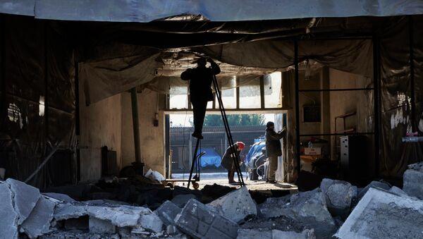 Разрушения в Донецке, вызванные попаданием снарядов. Архивное фото