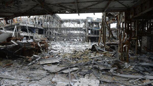 Разрушенное в результате обстрела здание аэропорта города Донецка. Архивное фото