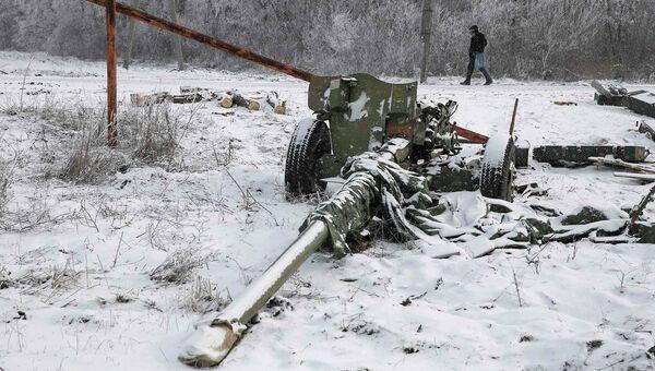 Разбитая пушка украинской армии в городе Углегорск, западнее Дебальцево