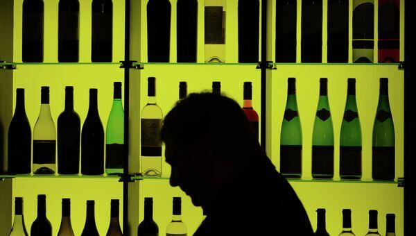 Стенд с вино-водочными изделиями. Архивное фото