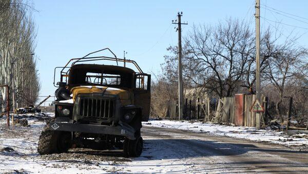 Сгоревшая военная техника на одной из улиц Углегорска