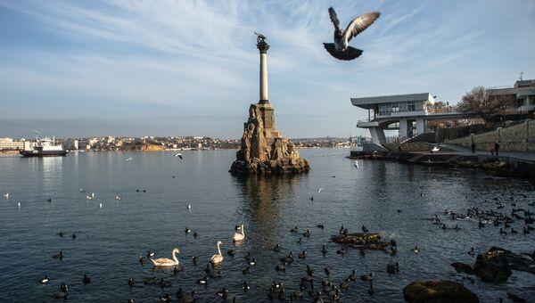 Вид на памятник Затопленным кораблям в Севастополе. Крым. Архивное фото
