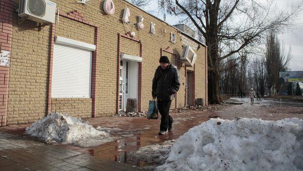 Пострадавший в результате обстрела магазин на улице 50 лет обороны Луганска. Архивное фото