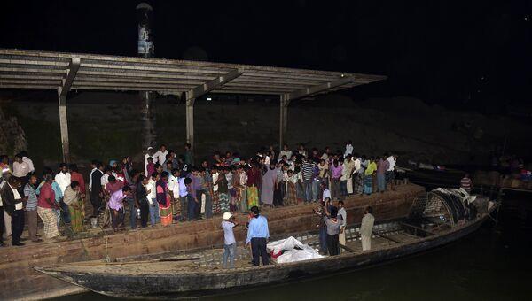 Спасательная операция на реке Падма в Бангладеш после крушения парома, 22 февраля 2015