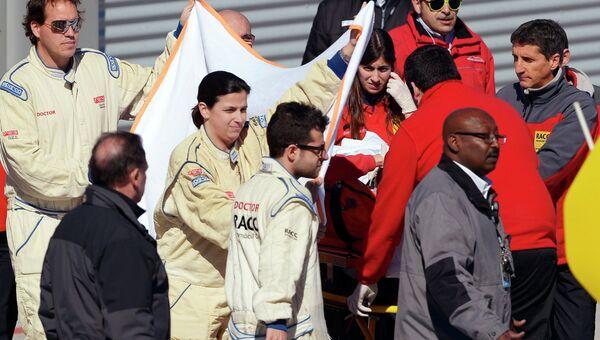 Гонщика Фернандо Алонсо эвакуируют в больницу после аварии на трассе в Барселоне, 22 февраля 2015