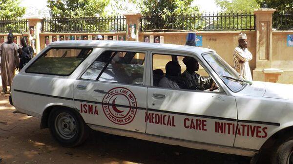Машина скорой помощи везет людей, пострадавших от взрыва в Нигерии