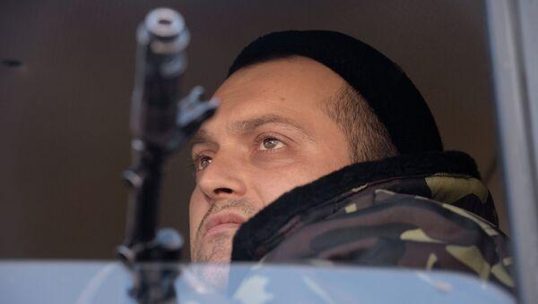 Ополченец Донецкой народной республики во время отвода колонны гаубиц МСТА М2 из Донецка. Архивное фото