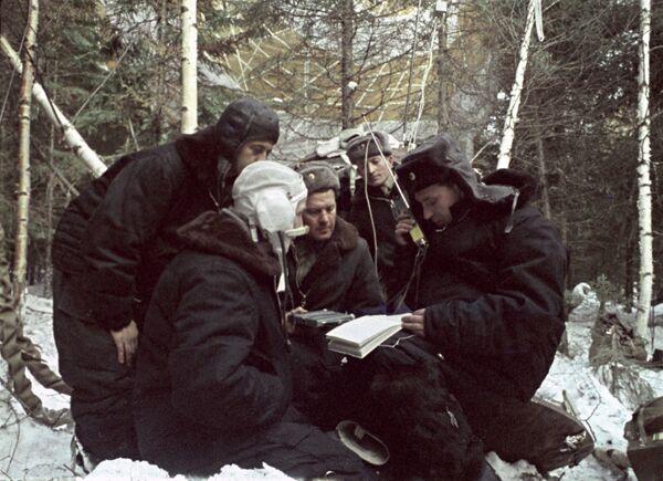 Космонавты Алексей Леонов и Павел Беляев налаживают связь после приземления. Кадр из документального фильма Человек вышел в космос