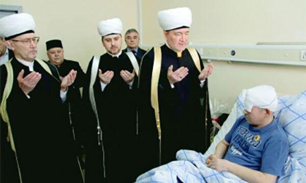Муфтий Гайнутдин награждает полковника Султангабиева высшей наградой мусульман