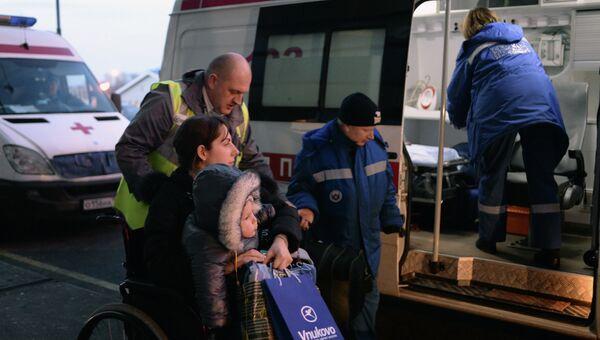 Сотрудники центра мобильности пассажиров и скорой помощи встречают в аэропорту Внуково тяжелобольных детей из Донбасса. Архивное фото