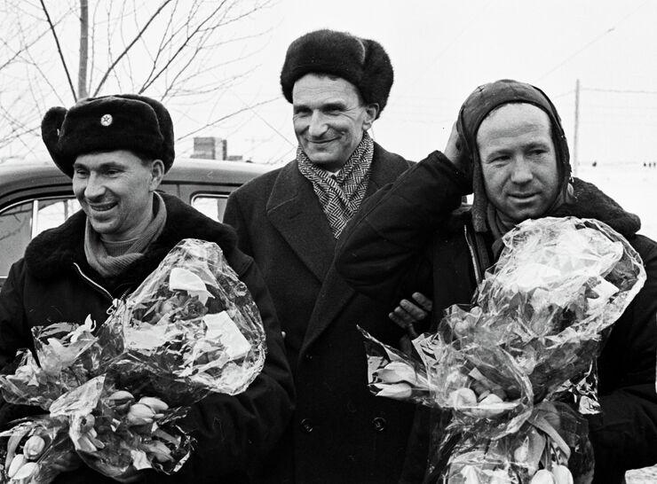 Летчики-космонавты Алексей Леонов (справа) и Павел Беляев (слева) в городе Перми после приземления космического корабля Восход-2. В центре - секретарь Пермского обкома КПСС К.И. Галаншин. 21 марта 1965 года