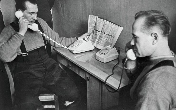 Павел Беляев и Алексей Леонов после приземления беседуют по телефону с Первым секретарем ЦК КПСС Леонидом Ильичем Брежневым. 21 марта 1965 года