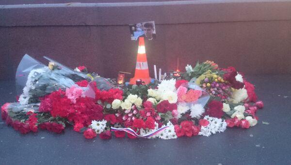 Цветы и фото на месте убийства Бориса Немцова в центре Москвы. архивное фото